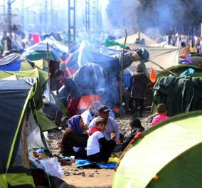 Αποκαλυπτικό ρεπορτάζ του Reuters: Οι πρόσφυγες στήνουν επιχειρήσεις στην Ειδομένη - Υπαίθρια κουρεία & εστιατόρια - Κυρίως Φωτογραφία - Gallery - Video