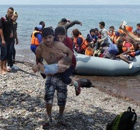 Συγκλονιστική φωτό: Πρόσφυγας κουβαλάει την τυφλή γυναίκα του & των λίγων μηνών μωρό τους  - Κυρίως Φωτογραφία - Gallery - Video
