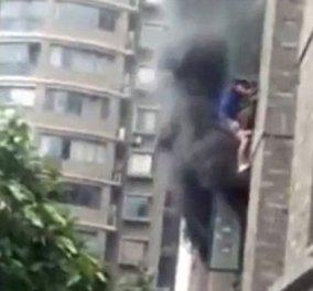 Βίντεο: Πατέρας ρίχνει την κόρη του από το παράθυρο για να την σώσει από την φωτιά - Κυρίως Φωτογραφία - Gallery - Video