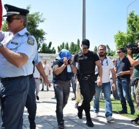 Στον εισαγγελέα Αλεξανδρούπολης οι 8 Τούρκοι στρατιωτικοί - Τουρκάλα τρανσέξουαλ τους αποδοκίμασε - Κυρίως Φωτογραφία - Gallery - Video
