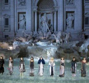 Tα συναρπαστικά κομμάτια του Fendi για τον ερχόμενο Φθινόπωρο - Χειμώνα:  Λαμπερό show στην Fontana di Trevi - Κυρίως Φωτογραφία - Gallery - Video
