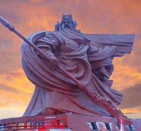 Επικό ή μήπως κιτς; Το γιγάντιο άγαλμα του Θεού του Πολέμου αγναντεύει την απέραντη Κίνα!  - Κυρίως Φωτογραφία - Gallery - Video