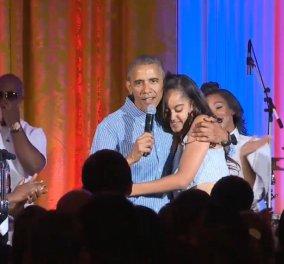 O Μπάρακ Ομπάμα τραγουδάει ''Ηappy Birthday'' στην Μάλια του: Μόλις έκλεισε τα 18! - Κυρίως Φωτογραφία - Gallery - Video