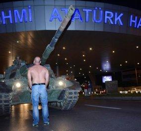 Μετίν Ντογκάν: Αυτός είναι ο Τούρκος που έβαλε το σώμα του ασπίδα στα τανκς- Ακούστε τι λέει   - Κυρίως Φωτογραφία - Gallery - Video