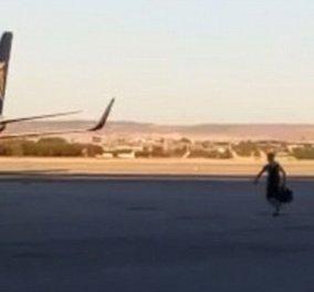 Τρελό βίντεο: Ο πιο «αποφασισμένος» ταξιδιώτης τρέχει για να προλάβει… το αεροπλάνο που φεύγει! - Κυρίως Φωτογραφία - Gallery - Video