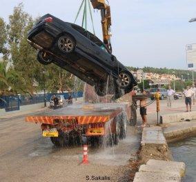Αυτοκίνητο με 5 επιβάτες έπεσε στο λιμάνι του Αργοστολίου στην Κεφαλονιά- Φώτο   - Κυρίως Φωτογραφία - Gallery - Video