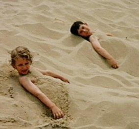 Κουΐζ: Ποια είναι αυτά τα δυο άτακτα αδελφάκια; Έγιναν διάσημα, πλούσια κι ας χώθηκαν μέσα στην άμμο  - Κυρίως Φωτογραφία - Gallery - Video