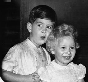 Χαριτωμένη φωτογραφία όταν ήταν παιδιά:  Ο Κάρολος της Αγγλίας ευχήθηκε στην αδελφή του για τα γενέθλια της    - Κυρίως Φωτογραφία - Gallery - Video