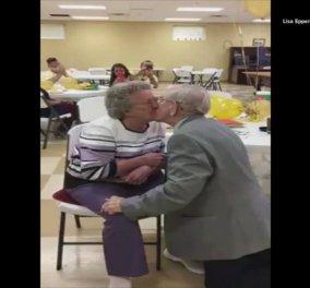 Βίντεο: 92χρονος κάνει καντάδα στη γυναίκα του για την 50η επέτειό τους - Έχουν 11 παιδιά & 35 εγγόνια - Κυρίως Φωτογραφία - Gallery - Video