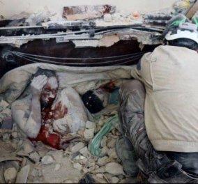 Σοκάρει η φωτογραφία της νεκρής μητέρας από το Χαλέπι της Συρίας - Πέθανε αγκαλιά με το μωρό της, δίπλα στον άλλο της γιο - Κυρίως Φωτογραφία - Gallery - Video