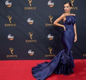 Emmys 2016: H Emily Ratajkowski ντύθηκε επιτέλους και ήταν απίστευτα κομψή με τουαλέτα - υπερπαραγωγή - Κυρίως Φωτογραφία - Gallery - Video
