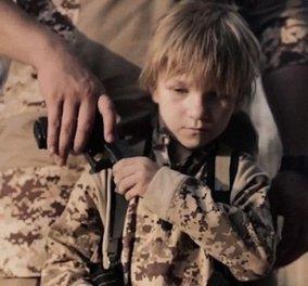 Ανατριχιαστικό βίντεο: Ξανθό αγοράκι - αγγελούδι πυροβολεί κρατούμενους των τζιχαντιστών με εντολές ISIS - Κυρίως Φωτογραφία - Gallery - Video