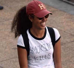 """Smoking kills"": Η Μάλια Ομπάμα τρολάρει και απαντά για το τσιγάρο με ένα μπλουζάκι   - Κυρίως Φωτογραφία - Gallery - Video"