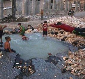Ραγίζει καρδιές το βίντεο με τα παιδάκια στην Συρία που κολυμπούν σε ''πισίνες'' από κρατήρες βομβών  - Κυρίως Φωτογραφία - Gallery - Video