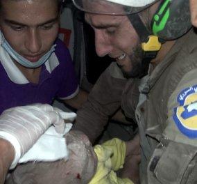 Η συγκλονιστική στιγμή της διάσωσης ενός μωρού από τα χαλάσματα του σπιτιού του στο  Ιντλίμπ της Συρίας, έπειτα από βομβαρδισμό (βίντεο) - Κυρίως Φωτογραφία - Gallery - Video