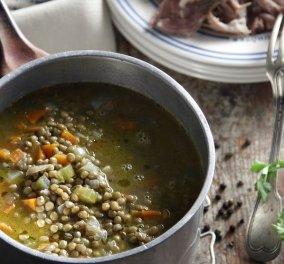 Ο Άκης υποδέχεται τα πρώτα κρύα με φανταστική συνταγή: Σούπα με φακές και χοιρινό κότσι - Κυρίως Φωτογραφία - Gallery - Video