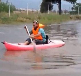 Το είδαμε κι αυτό: Νεαρός θεούλης κάνει κανό στους πλημμυρισμένους δρόμους της Γλυφάδας (Βίντεο) - Κυρίως Φωτογραφία - Gallery - Video