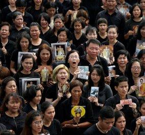 150.000 μαυροντυμένοι πολίτες της Ταϋλάνδης αποχαιρέτησαν τον βασιλιά τους ψάλλοντας τον εθνικό ύμνο - Κυρίως Φωτογραφία - Gallery - Video