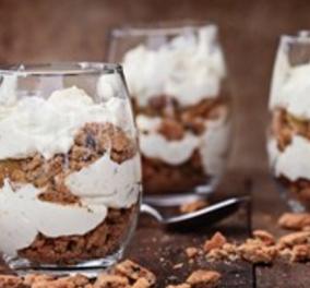 Φτιάξτε μαζί με τον Δημήτρη Σκαρμούτσο το πιο εύκολο επιδόρπιο: Παρφέ με βανίλια και μπισκότο! - Κυρίως Φωτογραφία - Gallery - Video