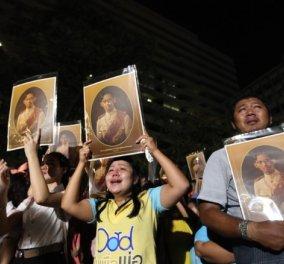 Συγκλονιστικές φωτό & βίντεο από τον θρήνο των Ταϊλανδέζων για τον θάνατο του βασιλιά τους - Κυρίως Φωτογραφία - Gallery - Video