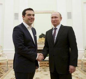 """Διαψεύδει ο Πούτιν το... """"αίτημα"""" Τσίπρα να τυπώσει  δραχμή - Οι βόμβες από Ολάντ & το βιβλίο φωτιά - Κυρίως Φωτογραφία - Gallery - Video"""