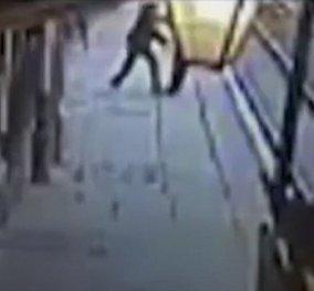 Σκηνές σοκ στη Βρετανία: Μεθυσμένος 41χρονος έριξε στις ράγες τον ελεγκτή εισιτηρίων λίγο πριν περάσει το τρένο (βίντεο) - Κυρίως Φωτογραφία - Gallery - Video