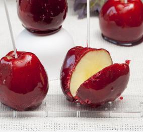 Κατακκόκινα μήλα βουτηγμένα σε καραμέλα: Με τη βοήθεια των παιδιών στολίστε το γιορτινό τραπέζι ή το δέντρο - Κυρίως Φωτογραφία - Gallery - Video