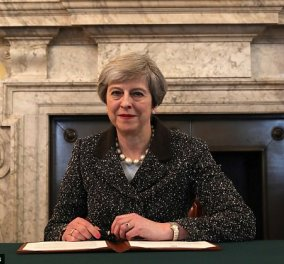 "Brexit και με την βούλα- Η Τερέζα Μέι υπέγραψε την επιστολή που φτάνει σήμερα στις Βρυξέλλες: ""Η Μεγ. Βρετανία φεύγει από την ΕΕ'""  - Κυρίως Φωτογραφία - Gallery - Video"