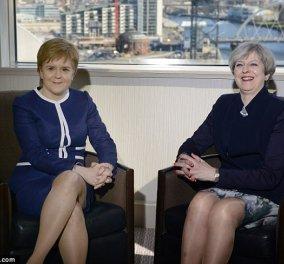 Αυτό είναι το σεξιστικό πρωτοσέλιδο της Daily Mail με τις γάμπες της May και το γυαλιστερό καλτσόν της Sturgeon - Κυρίως Φωτογραφία - Gallery - Video