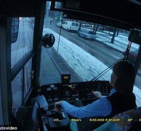 Η απίστευτη αντίδραση γυναίκας οδηγού τραμ που παρέσυρε αυτοκίνητο γίνεται viral στο διαδίκτυο (Βίντεο) - Κυρίως Φωτογραφία - Gallery - Video
