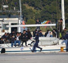 Ρίγη συγκίνησης προκαλεί η Κεφαλονιά: Υποδέχτηκαν με ανοιχτή αγκάλη 50 πρόσφυγες- Ακυβέρνητο σκάφος έφτασε πριν την Ανάσταση - Κυρίως Φωτογραφία - Gallery - Video