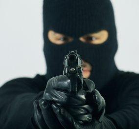 Ληστεία στο Π. Φάληρο: Κρυβόταν στην ντουλάπα του διαμερίσματος ο ληστής - Αφόδευσε, απείλησε με το όπλο & έγινε Λούης - Κυρίως Φωτογραφία - Gallery - Video
