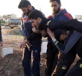 Η εικόνα που στοιχειώνει την ανθρωπότητα: Ο πατέρας αγκαλιά με τα νεκρά δίδυμα στη χημική επίθεση του Άσαντ (Βίντεο) - Κυρίως Φωτογραφία - Gallery - Video