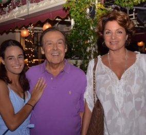 Ο Τόλης Βοσκόπουλος γιόρτασε με την Άντζελα και τη κόρη του Μαρία σε πειραιώτικο εστιατόριο  - Κυρίως Φωτογραφία - Gallery - Video