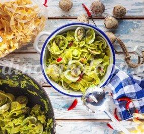 Καλοκαιρινές χυλοπίτες alle vongole με πέστο μαϊντανού και τσίλι – η Ντίνα Νικολάου σε κέφια - Κυρίως Φωτογραφία - Gallery - Video