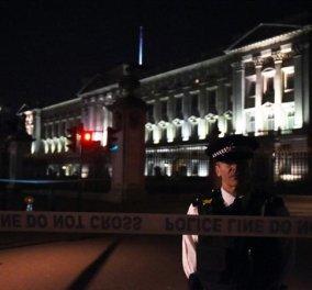 Συναγερμός στο Λονδίνο - Σφραγίστηκε το Μπάκιγχαμ - Άνδρας επιτέθηκε με ξίφος εναντίον αστυνομικών  - Κυρίως Φωτογραφία - Gallery - Video