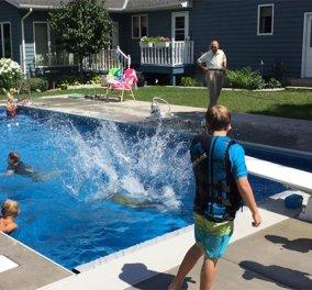 94χρονος έφτιαξε πισίνα στον κήπο του για να κολυμπούν τα παιδιά της γειτονιάς – είχε μοναξιές όταν έχασε τη γυναίκα του - Κυρίως Φωτογραφία - Gallery - Video