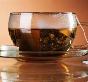 Ο Σπύρος Σούλης χρησιμοποιεί τσάι για να καθαρίζει τα ξύλινα πατώματα και μας δείχνει τον τρόπο - Κυρίως Φωτογραφία - Gallery - Video
