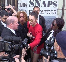 """""""Μην την ακουμπάς!»: η Bella Hadid μαλώνει τον σωματοφύλακα της γιατί σπρώχνει μια φωτογράφο - βίντεο  - Κυρίως Φωτογραφία - Gallery - Video"""