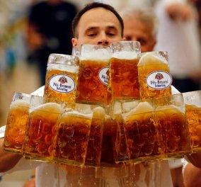 Ο σερβιτόρος της 10ετιας: Μετέφερε άπειρα τεράστια ποτήρια μπύρας βάρους 50 κιλών! (ΦΩΤΟ-ΒΙΝΤΕΟ)  - Κυρίως Φωτογραφία - Gallery - Video