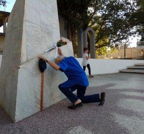 Συγκινητική στιγμή: Ο Μανώλης Γλέζος γονατίζει στο μνημείο πεσόντων του Αγρινίου - Κυρίως Φωτογραφία - Gallery - Video