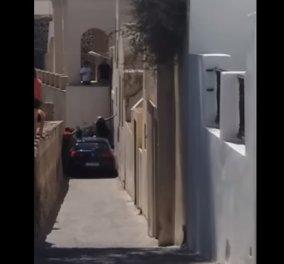 Απίστευτο περιστατικό: Αυτοκίνητο σφήνωσε στα σοκάκια της Σαντορίνης και οι τουρίστες σκαρφάλωσαν πάνω του για να περάσουν (ΒΙΝΤΕΟ) - Κυρίως Φωτογραφία - Gallery - Video