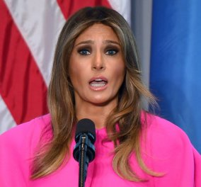 Η Melania Trump καταλαβαίνει που πάει να μιλήσει ή όχι; Στον ΟΗΕ για bullying με φούξια ρούχο 2.100 δολαρίων – φωτό – βίντεο - Κυρίως Φωτογραφία - Gallery - Video