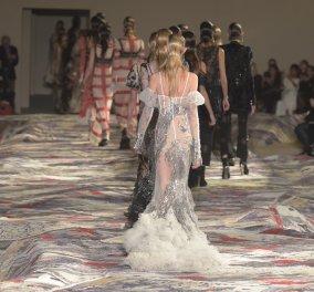 Alexander McQueen: Για πρώτη φορά μοντέλα που έφαγαν όλο τους το φαΐ (ΦΩΤΟ) - Κυρίως Φωτογραφία - Gallery - Video