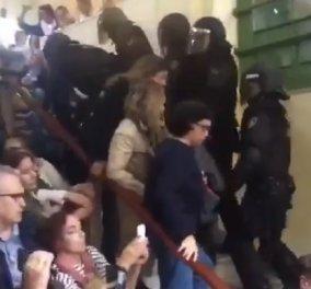 Απίστευτα βίντεο: Αστυνομικοί στην Καταλονία πετούσαν ψηφοφόρους από σκάλες  - Κυρίως Φωτογραφία - Gallery - Video