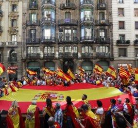 Ηγέτης Καταλονίας: Η ανεξαρτησία προβλέπεται από τον νόμο - Χιλιάδες στους δρόμους κατά της απόσχισης  - Κυρίως Φωτογραφία - Gallery - Video