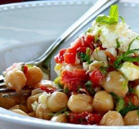 Σουπερ! Ρεβίθια με λιαστές ντομάτες, φρέσκο κρεμμύδι, δυόσμο και φέτα από τον Γιάννη Λουκάκο  - Κυρίως Φωτογραφία - Gallery - Video