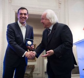 Αλέξης Τσίπρας κατά την παραλαβή του βραβείου: «Ανήκει στον ελληνικό λαό που αγωνίστηκε να βγει από την κρίση» (ΒΙΝΤΕΟ) - Κυρίως Φωτογραφία - Gallery - Video