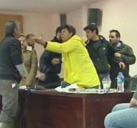 """Μάνδρα Αττικής: Μετά τις φονικές πλημμύρες ήρθε η """"καταιγίδα"""" στο δημαρχείο - Λογομαχίες και ξύλο στην πρώτη συνεδρίαση (ΒΙΝΤΕΟ) - Κυρίως Φωτογραφία - Gallery - Video"""