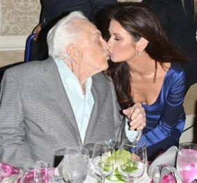 Το ζεστό φιλί στα χείλη της Κάθριν Ζέτα Τζόουνς: Φιλά τον 100 ετών διάσημο πεθερό της Κερκ Ντάγκλας ! (ΦΩΤΟ-ΒΙΝΤΕΟ) - Κυρίως Φωτογραφία - Gallery - Video